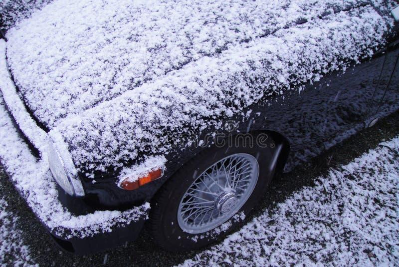 De sneeuw behandelde Zwarte Uitstekende Auto royalty-vrije stock afbeeldingen