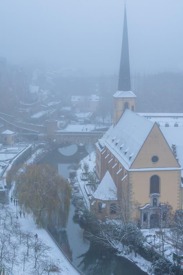 De sneeuw en de mist behandelden Grund, het oude deel van de stad HDR van Luxemburg stock fotografie