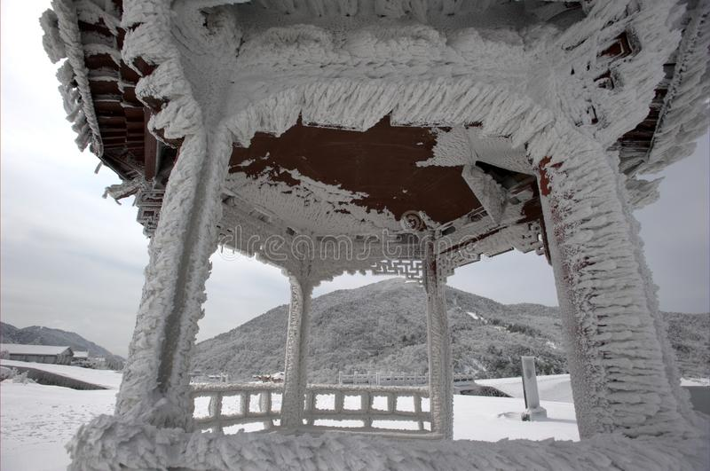 Download De sneeuw in het paviljoen stock foto. Afbeelding bestaande uit scène - 29500664