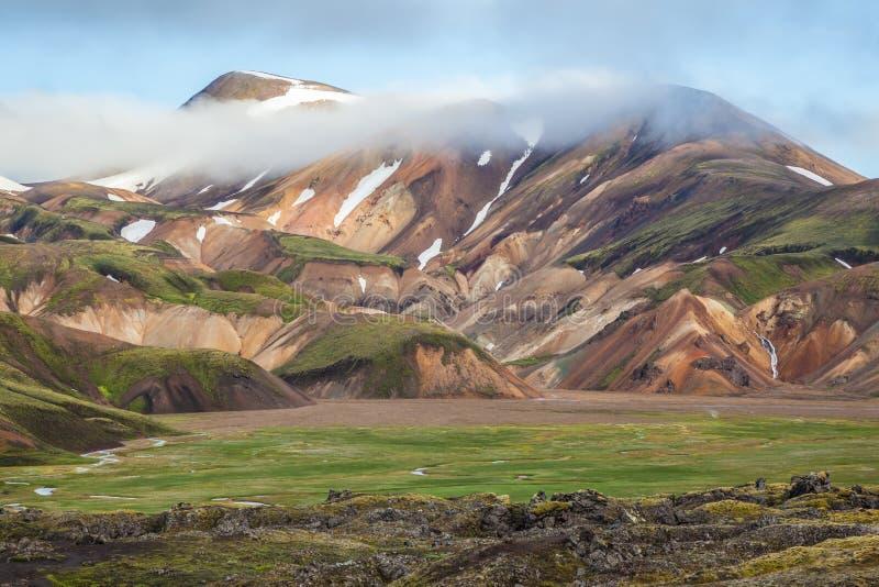 De sneeuw ligt in de holten van bergen royalty-vrije stock fotografie