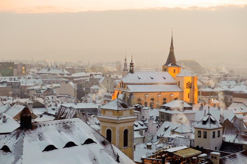 De sneeuw Praag van de winter bij zonsopgang royalty-vrije stock foto's