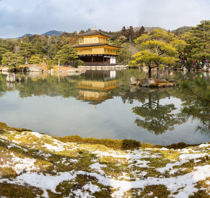 De Sneeuw van de Kinkakujitempel stock foto's