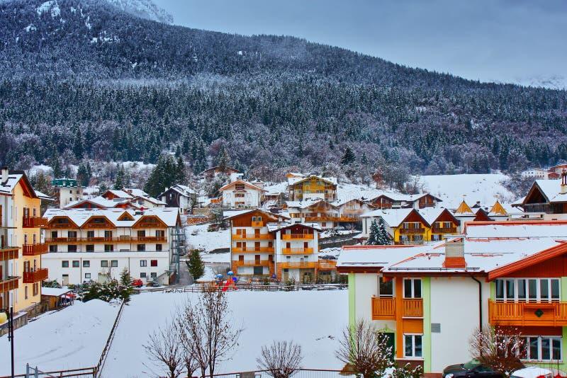 de sneeuw van dorpsbergen royalty-vrije stock foto's