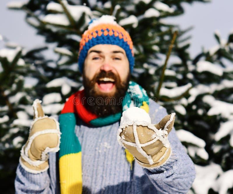 De sneeuwbal ligt in mannetje indient warme handschoen, defocused stock foto