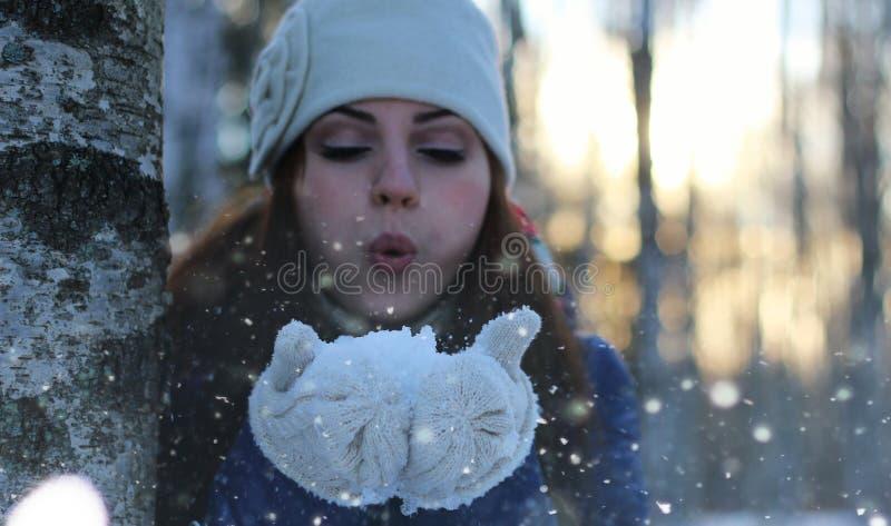 De sneeuwbal van het de wintermeisje royalty-vrije stock afbeelding