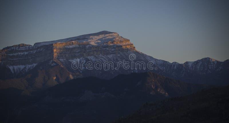De sneeuwberg van de Kaukasus bij zonsondergang stock afbeeldingen