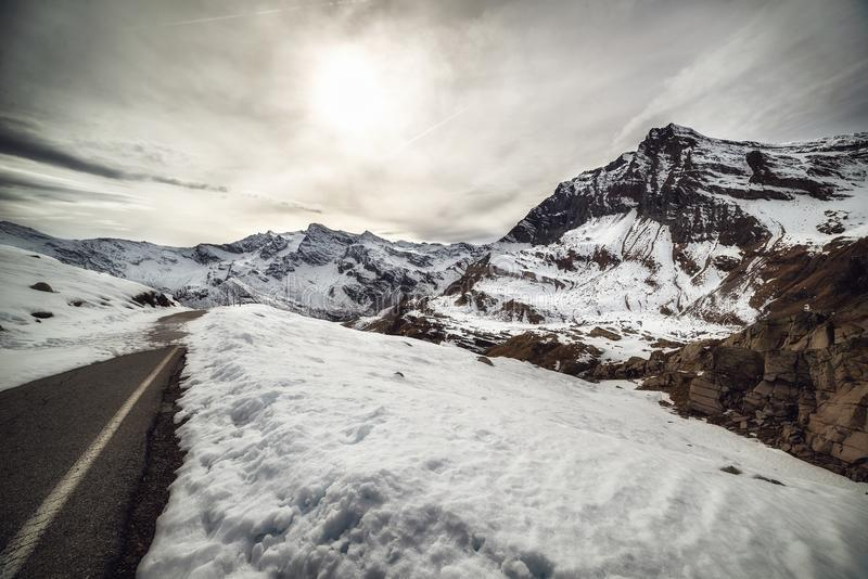 De sneeuwbergen royalty-vrije stock afbeeldingen