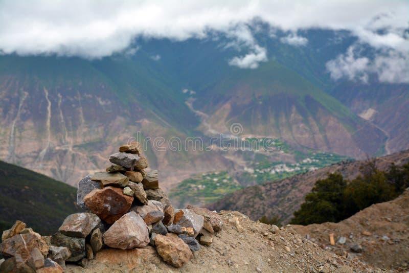 De sneeuwbergen en Mani Stones van Kawakarpo royalty-vrije stock fotografie
