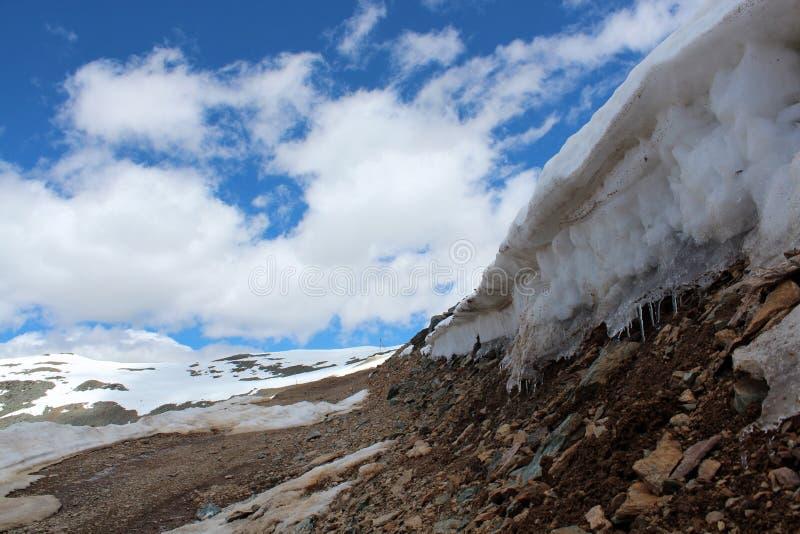 De sneeuwbergen van Altay stock afbeeldingen