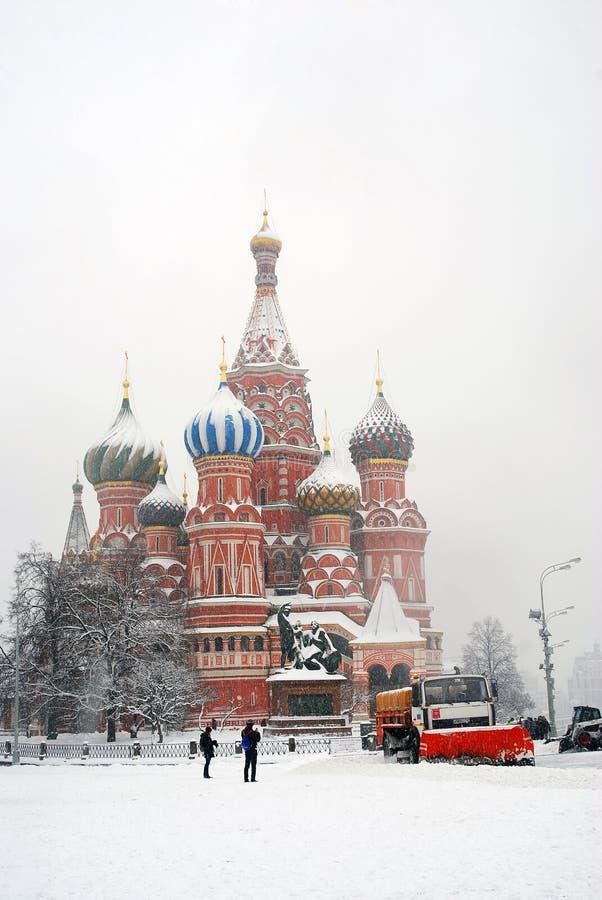 St. de Kathedraal van het basilicum door de sneeuw wordt behandeld die stock afbeelding
