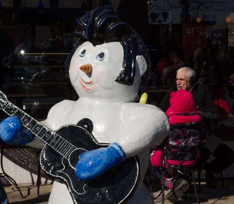 De sneeuwman van Elvis buiten koffie stock afbeelding