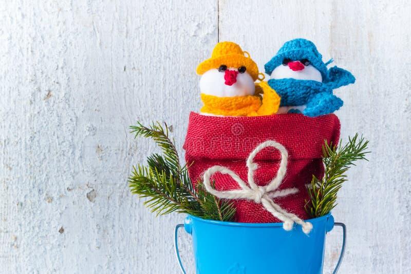 De sneeuwmannen schepen houten de plucheduo in van de Kerstmiswinter