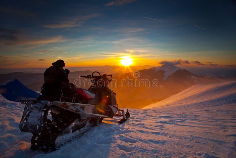 De sneeuwscooter op een mooi de winterlandschap stock foto's