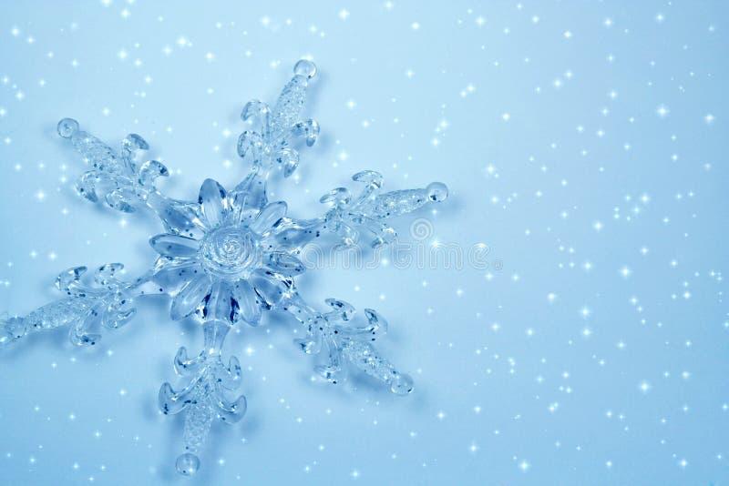 De sneeuwvlok van het kristal in sneeuw royalty-vrije stock foto's