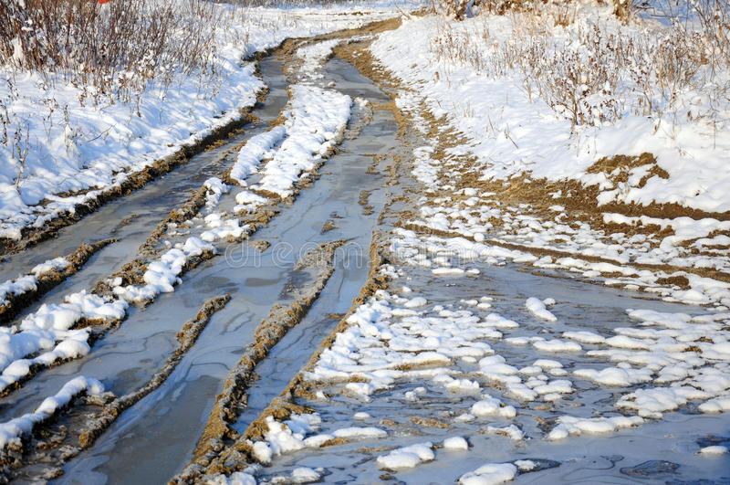 De sneeuwweg van de winter door bevroren bos stock foto's