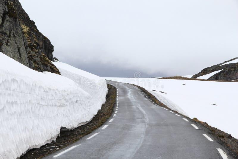 De sneeuwweg van Noorwegen stock fotografie