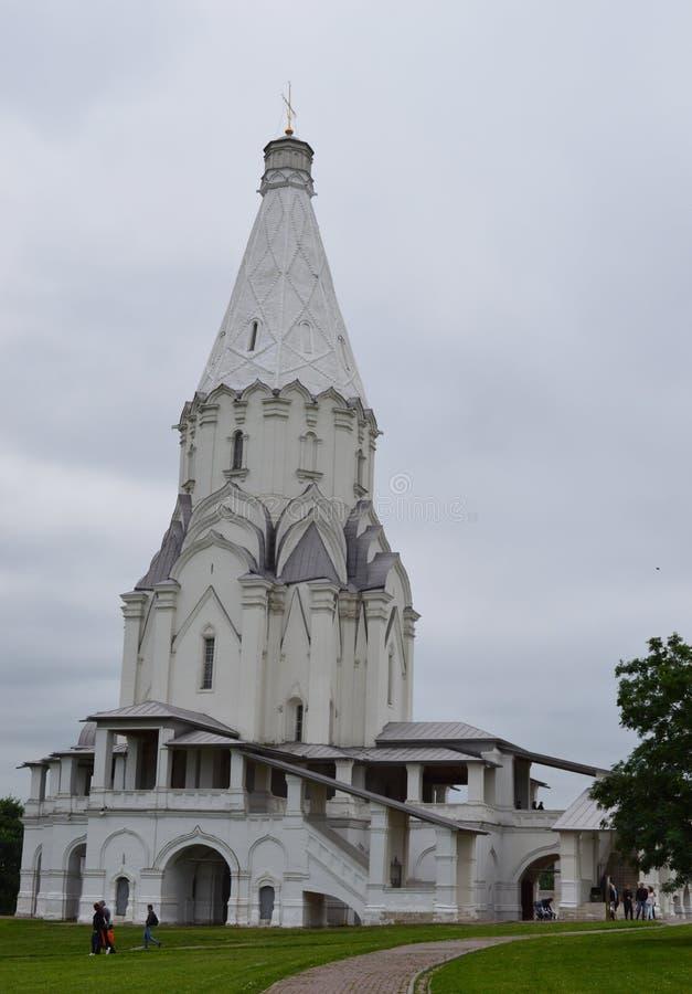 De sneeuwwitte Kerk op de hemelachtergrond stock foto's