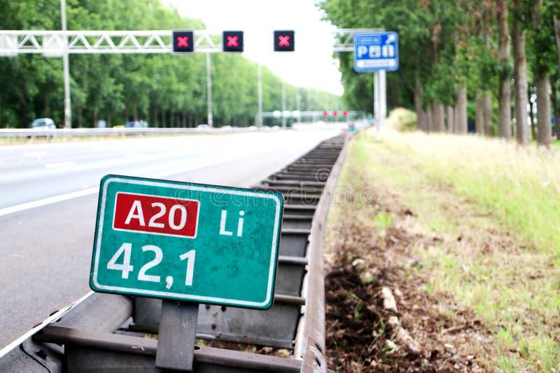 De snelheid en distancee ondertekenen bij autosnelweg A20 links bij 42,1 waar de snelheid in kilometers met rode kruisen boven dr stock foto