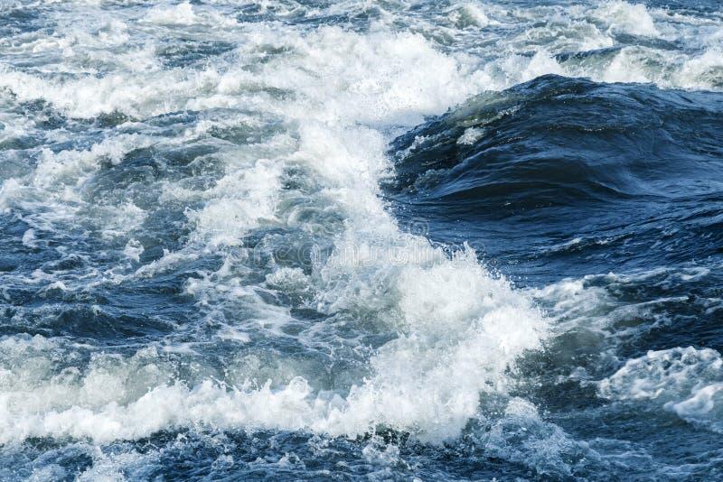 De snelle achtergrond van het rivierwater met golven stock afbeelding
