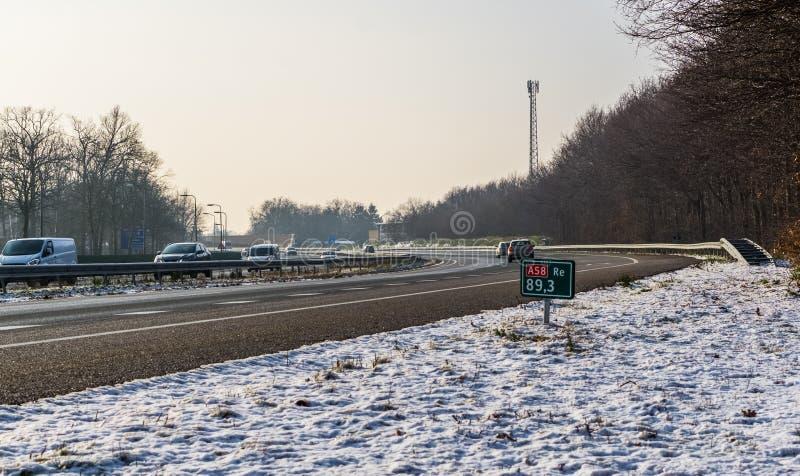 De snelweg A58 tijdens het winterseizoen, Roosendaal, Nederland, 23 januari 2019 stock foto