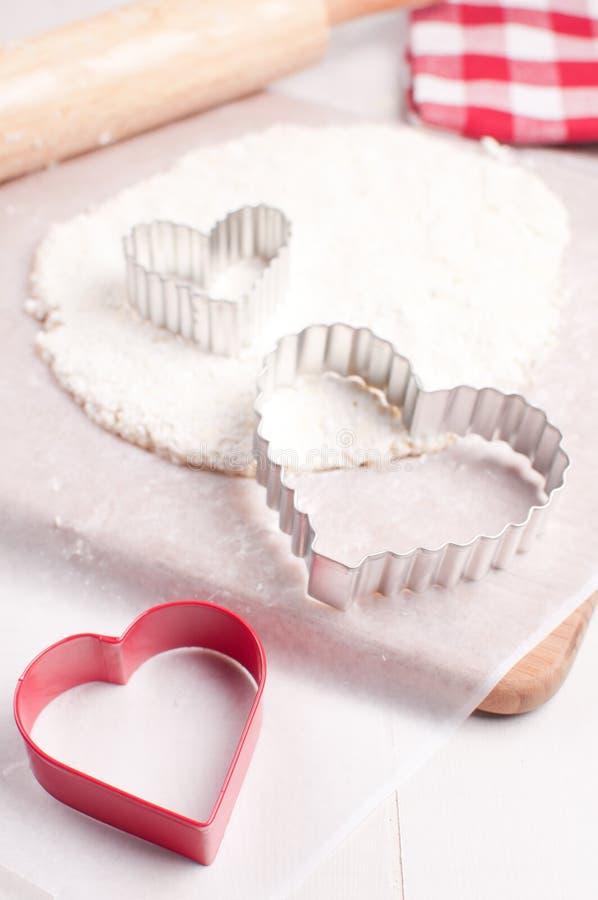 De snijders van het deeg en van het koekje voor het maken van valentijnskaartdagen behandelt royalty-vrije stock afbeeldingen