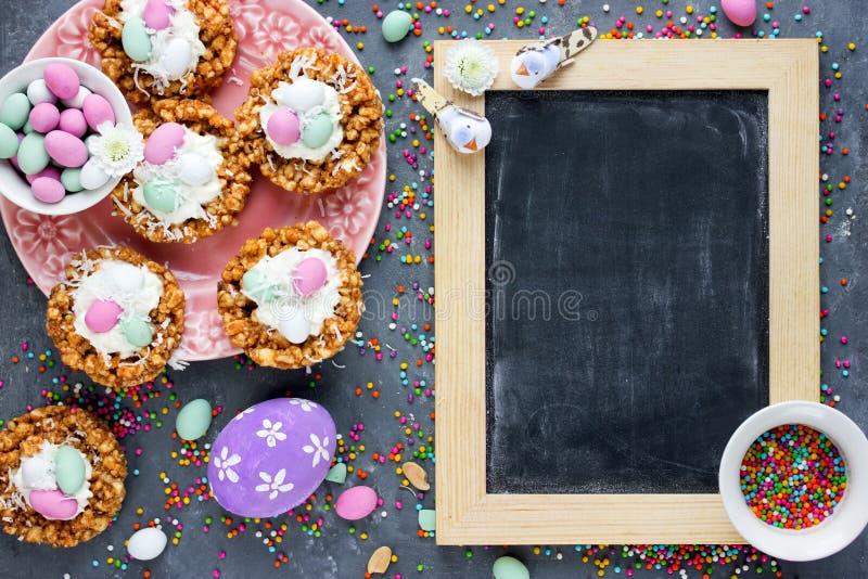De snoepjes en de traktaties van Pasen - Pasen-nestcakes en paaseieren stock foto's