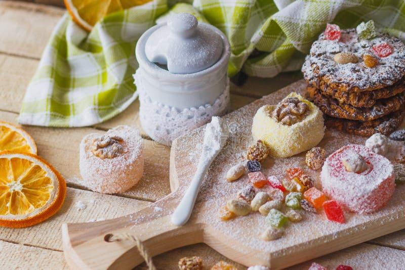 De snoepjes van het oosten met vruchten, noten en suikerpoeder stock afbeeldingen