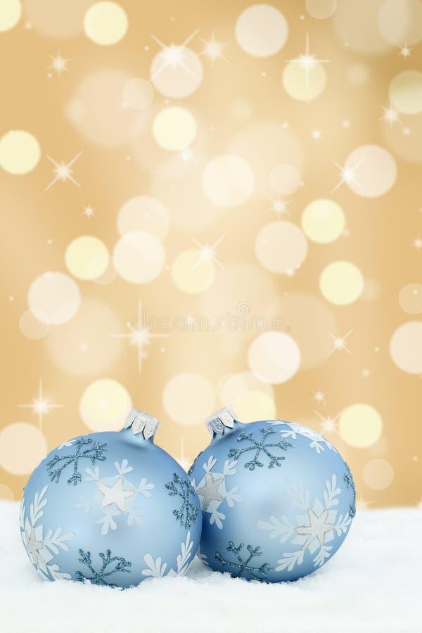 De snuisterijen gouden gouden van kerstkaartballen sneeuw als achtergrond royalty-vrije stock afbeeldingen