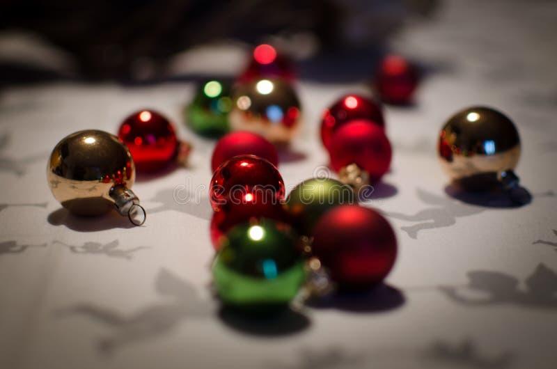 De snuisterijen van het Kerstmisornament op feestelijke lijst stock foto