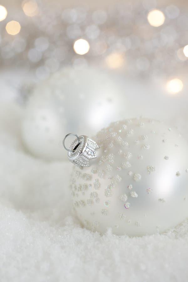 De snuisterijen van Kerstmis in de sneeuw stock foto