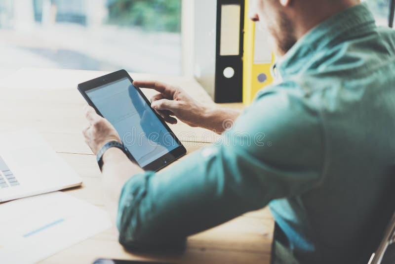De sociale Handel Online Markten analyseren rapporten Mens die houten de Zolderplaats werken van het lijst Moderne Binnenlandse O stock foto