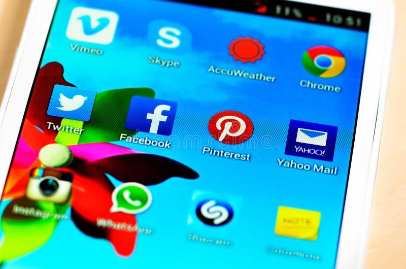De sociale media neigen en zowel gebruiken de zaken als consument het voor uitwisseling als voorzien van een netwerk royalty-vrije stock afbeeldingen