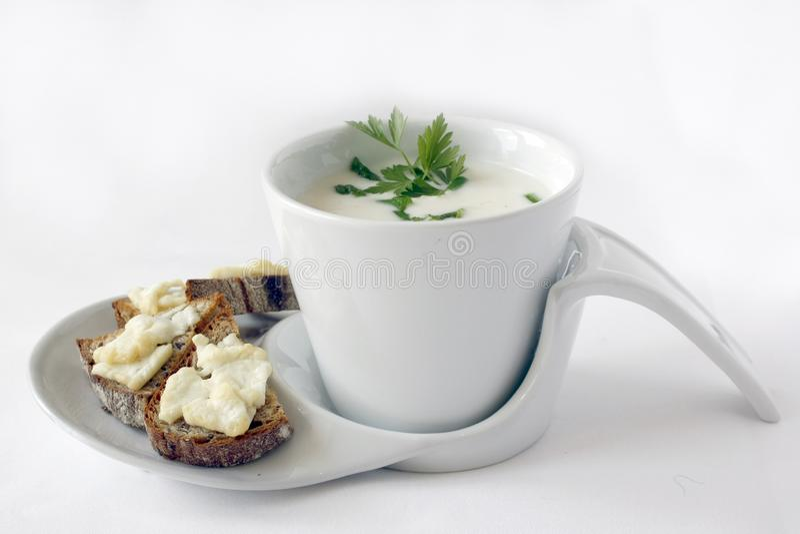 De soep van de aspergeroom met peterselie stock foto's