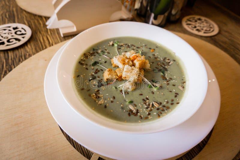 De soep van de broccoliroom met toost stock afbeelding