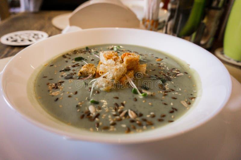 De soep van de broccoliroom met toost royalty-vrije stock afbeelding