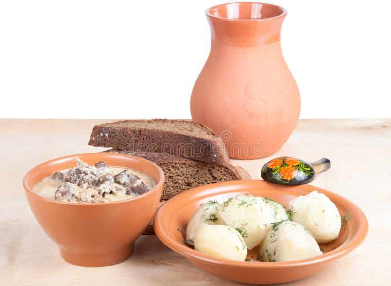De soep van chiken lever en gekookte aardappel met dille op een houten boa royalty-vrije stock afbeeldingen