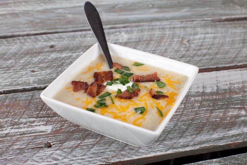 De Soep van de aardappelprei in kleine witte kom stock afbeelding