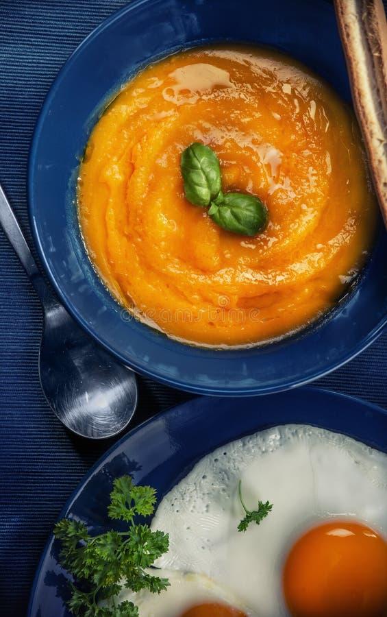De soep van de Butternutpompoen stock afbeeldingen