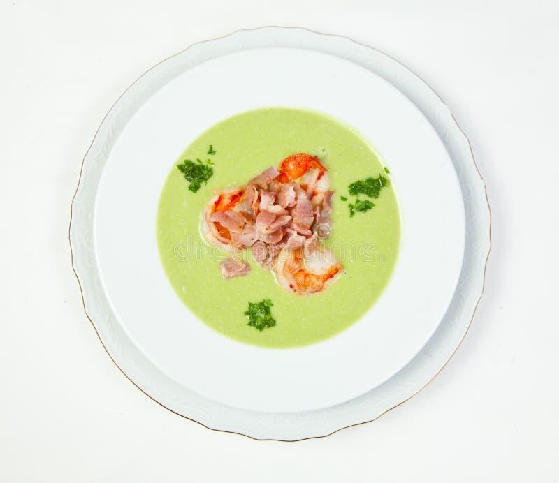 De soep van de erwt met garnalen en bacon stock foto