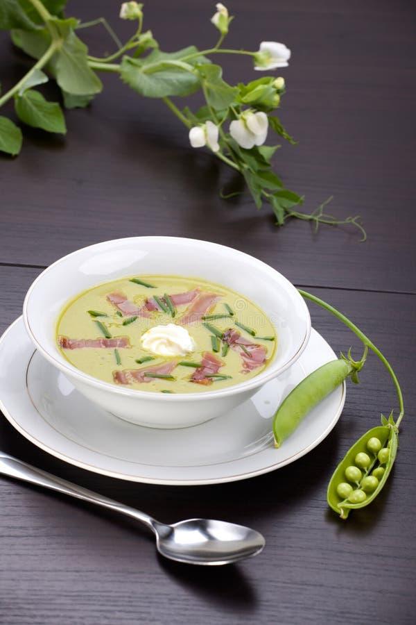 De soep van de erwt met prosciutto stock afbeeldingen
