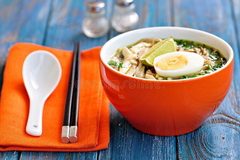 De soep van de kippennoedel met groene ui, gember, koriander en Spaanse peperpeper Aziatische keuken stock afbeeldingen