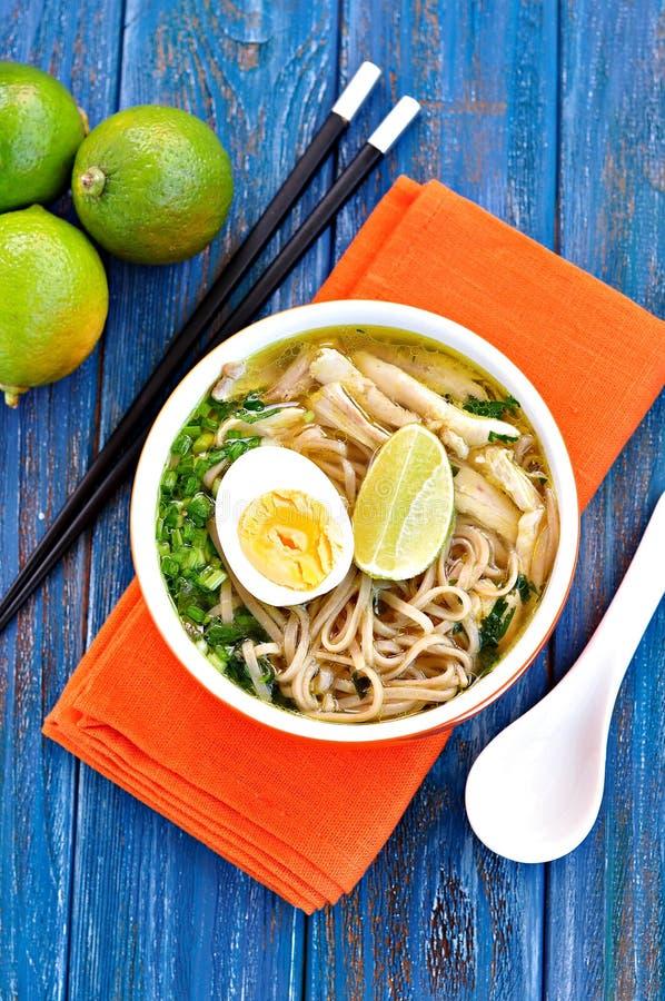 De soep van de kippennoedel met groene ui, gember, koriander en Spaanse peperpeper Aziatische keuken stock foto