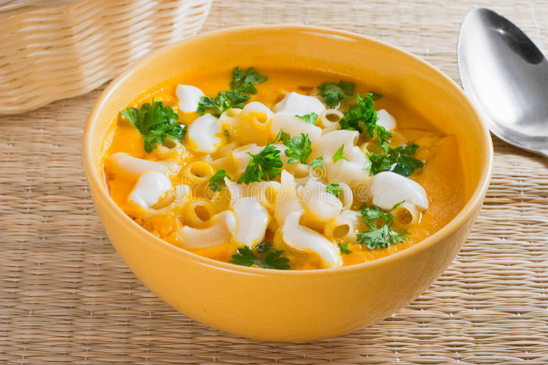 De soep van de pompoen met deegwaren stock foto