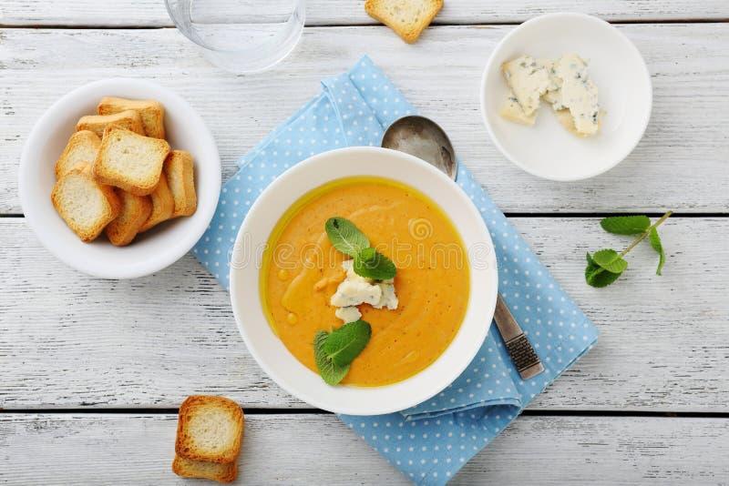 De soep van de pompoen met schimmelkaas royalty-vrije stock foto