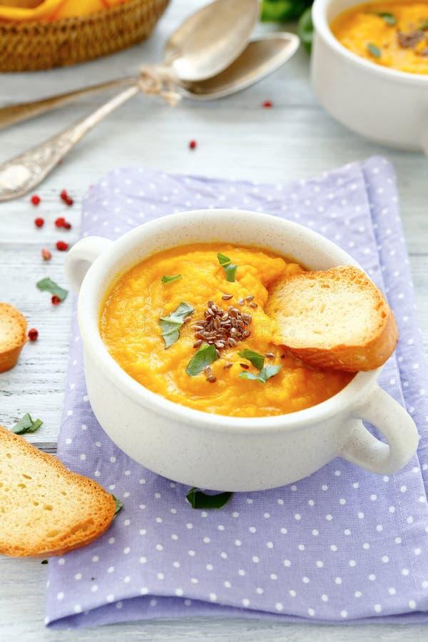 De soep van de pompoenpuree met croutons stock foto's