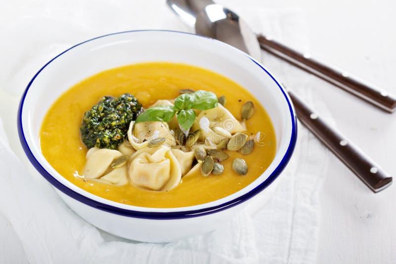 De soep van de pompoenroom met kaastortellini stock afbeelding