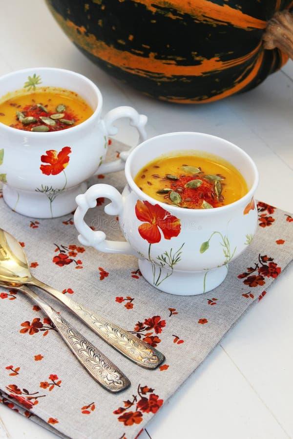 De soep van de pompoenroom met sinaasappel stock foto's