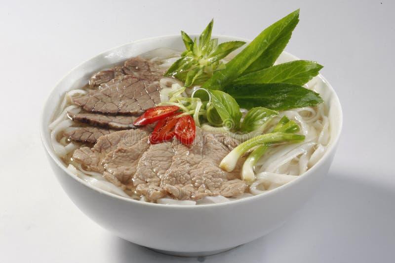 De soep van de rijstnoedel met gesneden zeldzaam rundvlees (Vietnam Pho) royalty-vrije stock fotografie
