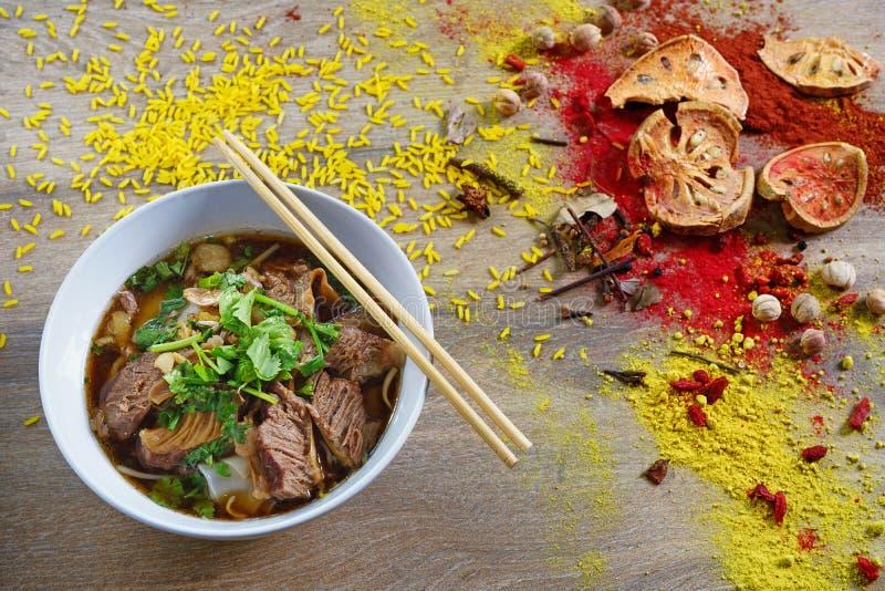 De soep van de rundvleesnoedel en Thais kruid royalty-vrije stock afbeeldingen