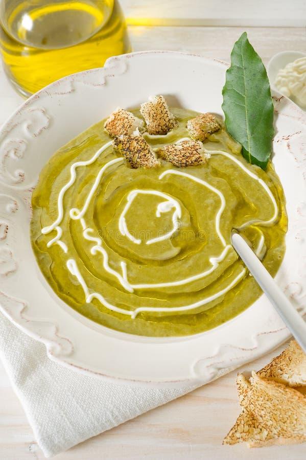 De soep van de spinazie stock foto's